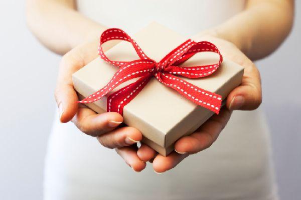 誕生日プレゼントの渡し方に注意して好印象を与えるヒケツ