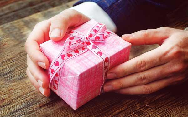 プレゼントを的確に選んで大切な女性を喜ばせる5つの方法