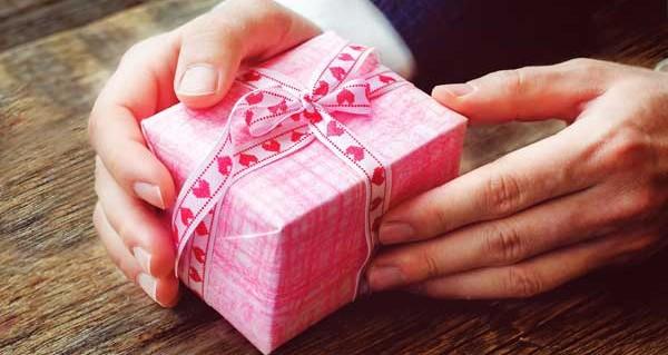 プレゼントを使って最愛の女性への告白で大成功するヒケツ