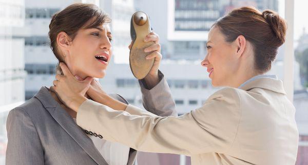 性格悪い職場の同僚を無難にやり過ごすには?