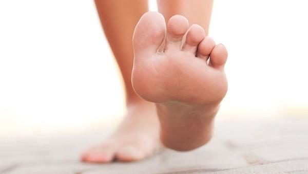 足の裏にほくろができる原因と病気の可能性とは
