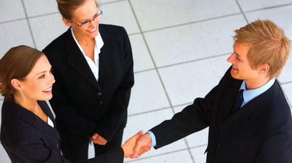 職場で握手するイメージ