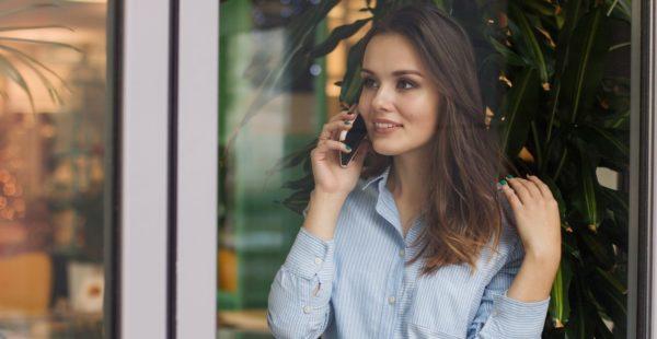 電話でしゃべる女性のイメージ