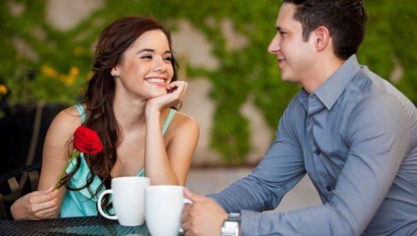 リラックスしながら語り合うカップルのイメージ