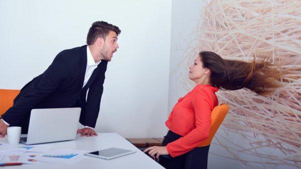 職場で怒られる女性のイメージ