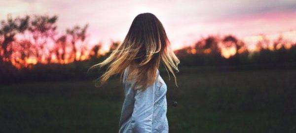 背中に哀愁を感じる女性のイメージ