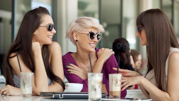 お喋り中の女性グループイメージ
