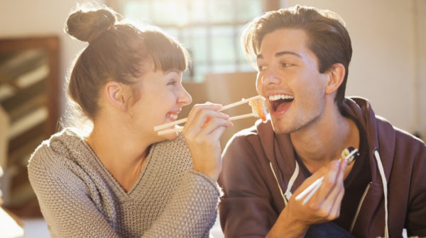 大笑いするカップルのイメージ