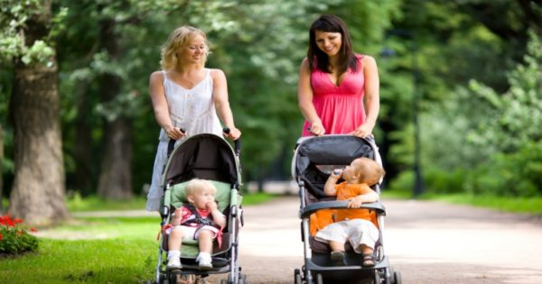 ママ友が一緒に歩くイメージ