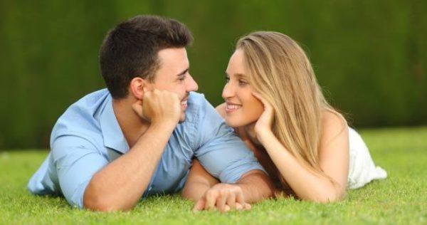 見つめあうカップルのイメージ