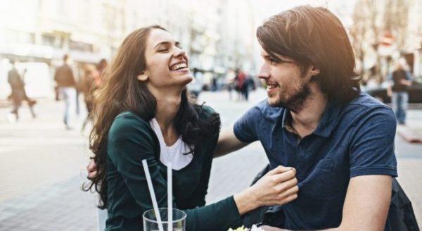 会話を楽しむカップルのイメージ