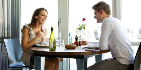 話し合う男女のイメージ