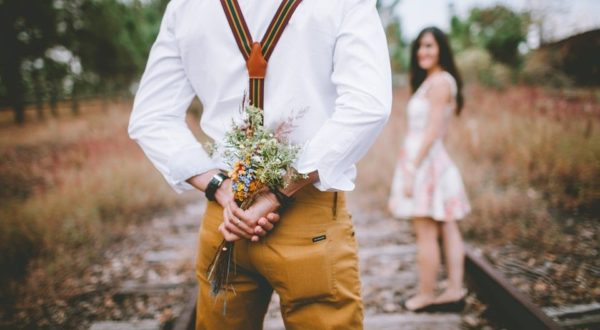 プロポーズする男性のイメージ