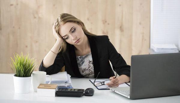 オフィスで座る女性のイメージ