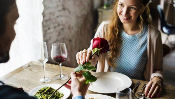 花を受け取る女性