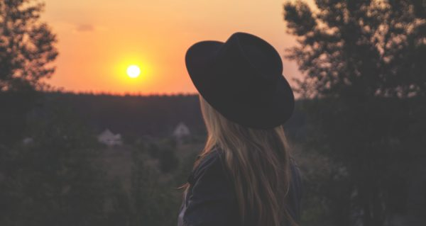 朝日を見る女性