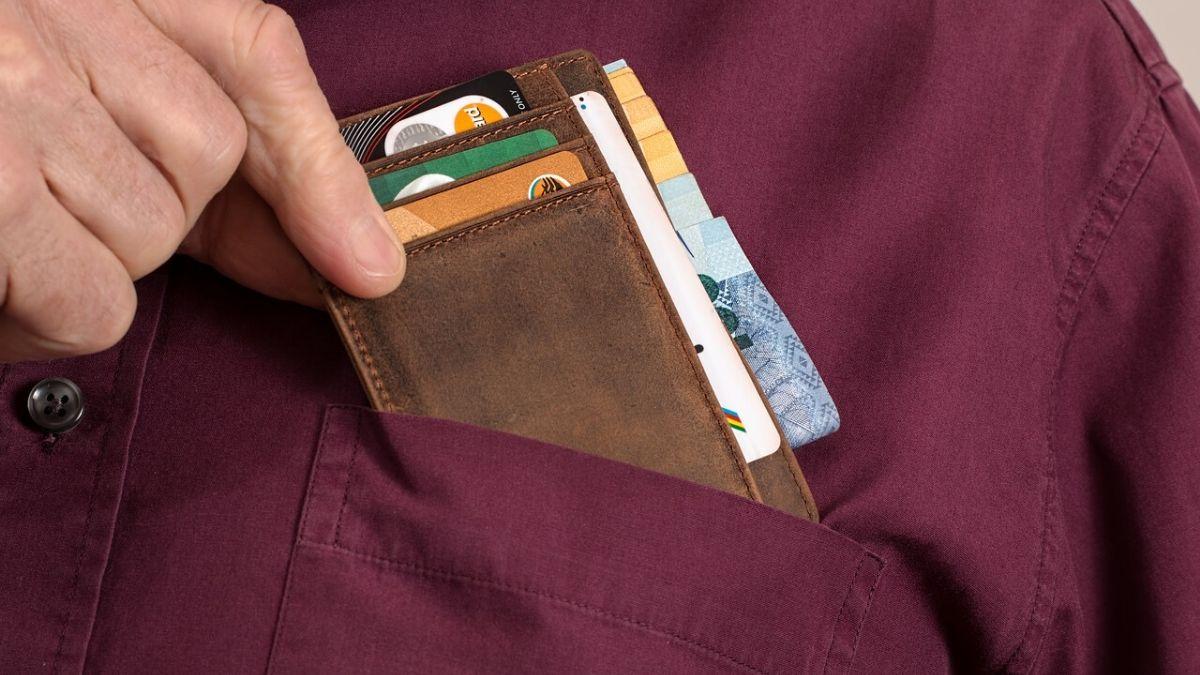 財布を選ぶイメージ