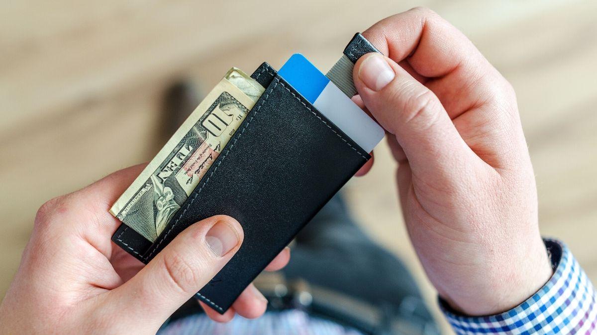 財布から引っ張り出すイメージ