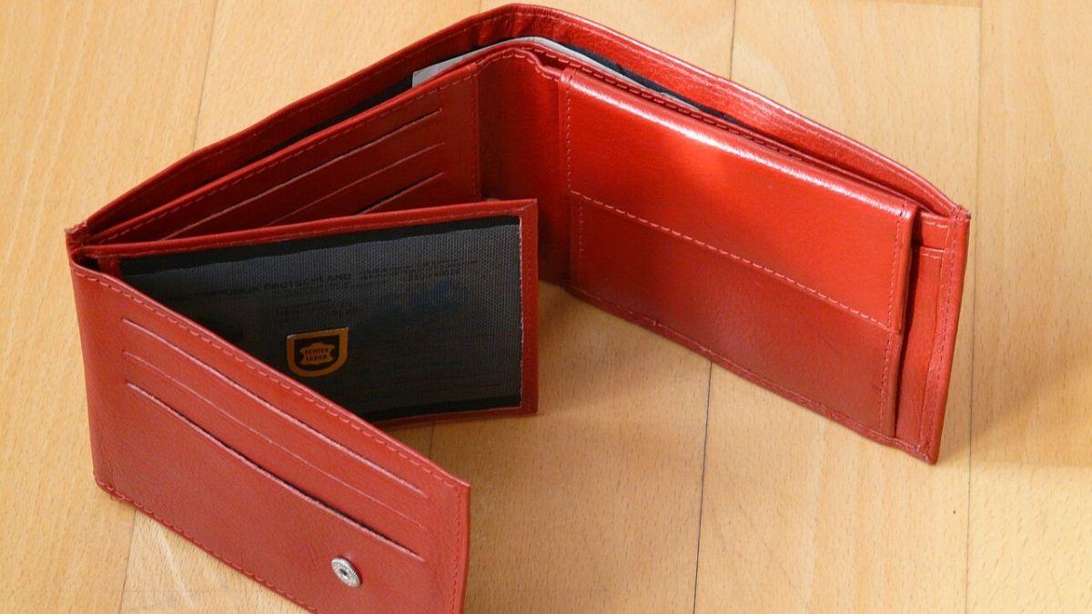 赤の財布のイメージ