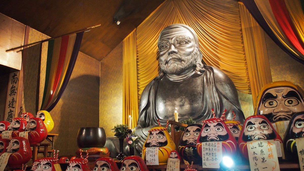 達磨寺(だるまじ)に行ったら、開運札に願い事を書き、達磨にお祈りしようのイメージ